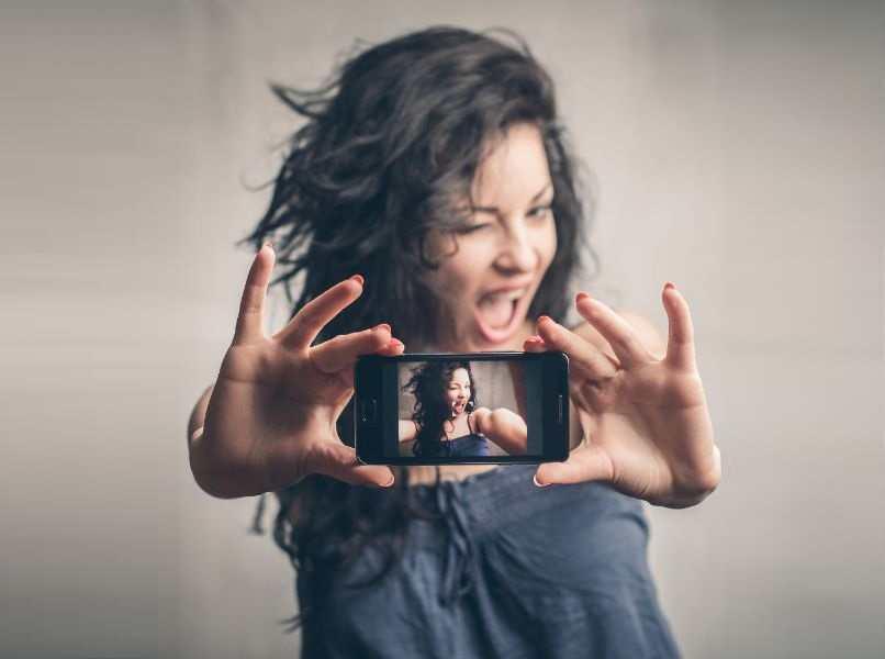 mujer pelo negro batido selfie movil android negro fondo gris