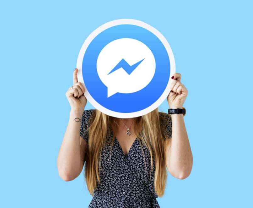mujer tapa su rostro al mostrar logo de messenger