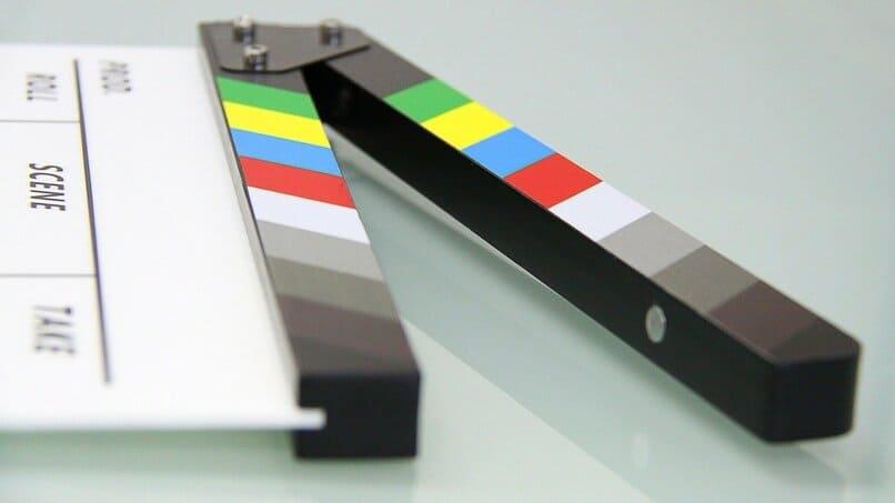 laqueta de cine sobre una superficie color blanco