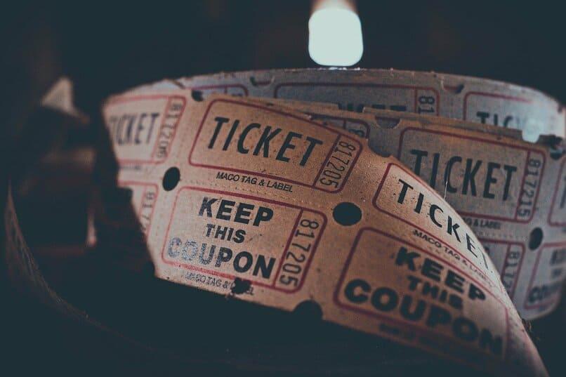 ticket de cine sobre un fondo color negro