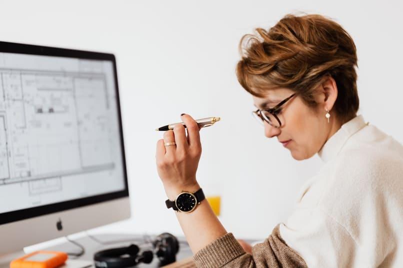 mujer editando un archivo