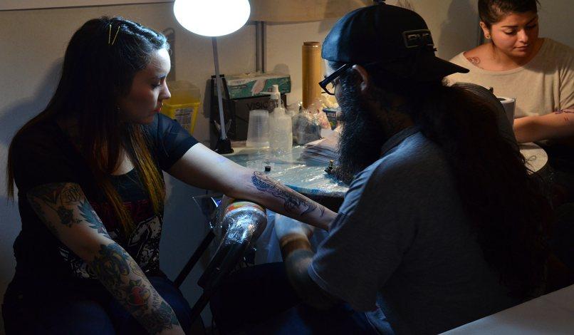 mujer quitandose el tattoo