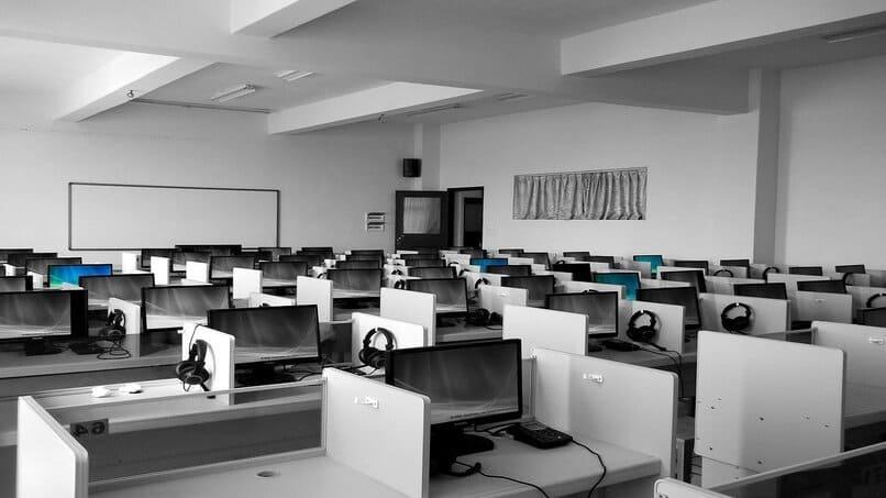 ordenadores sobre unos escritorios