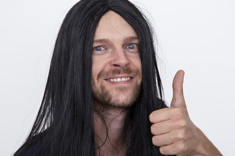hombre con peluca