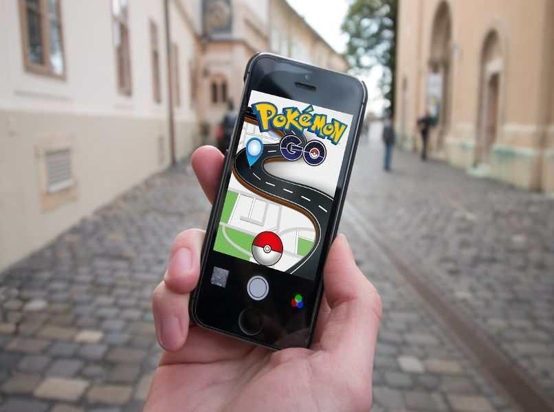 movil negro en android con pokemon fondo calle de piedras