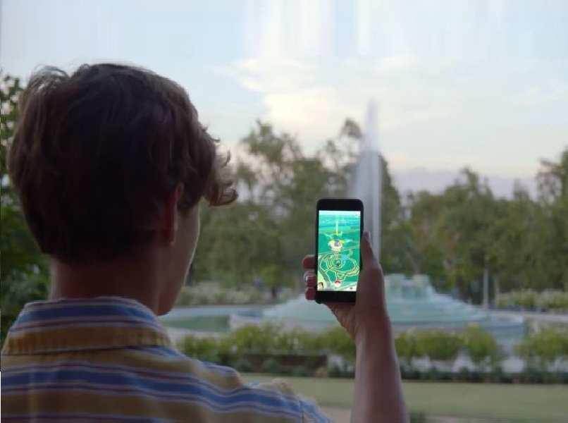 persona movil android negro pokemon go mano fondo plaza arboles verdes cielo nublado