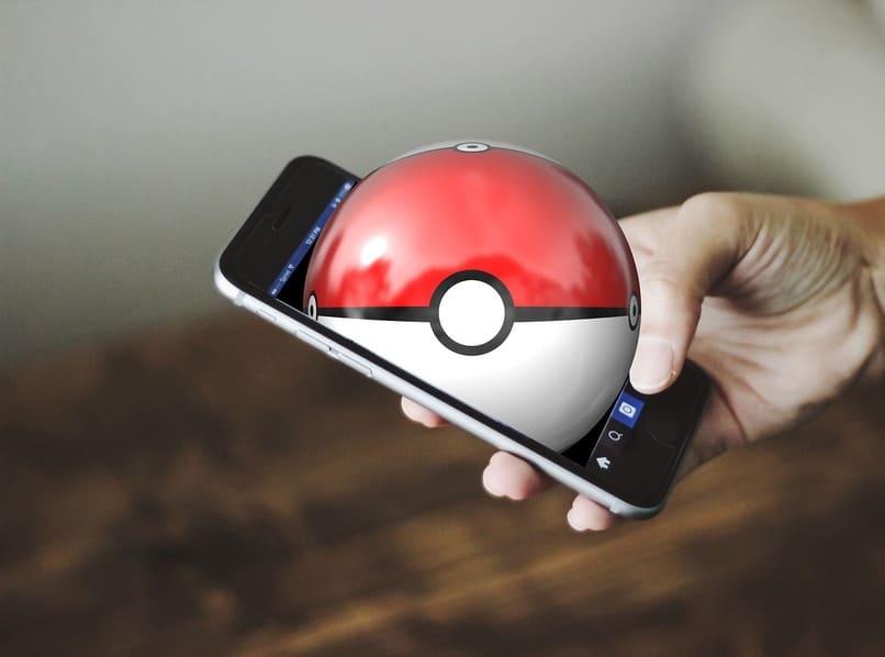 movil con una bola de pokemon en su pantalla