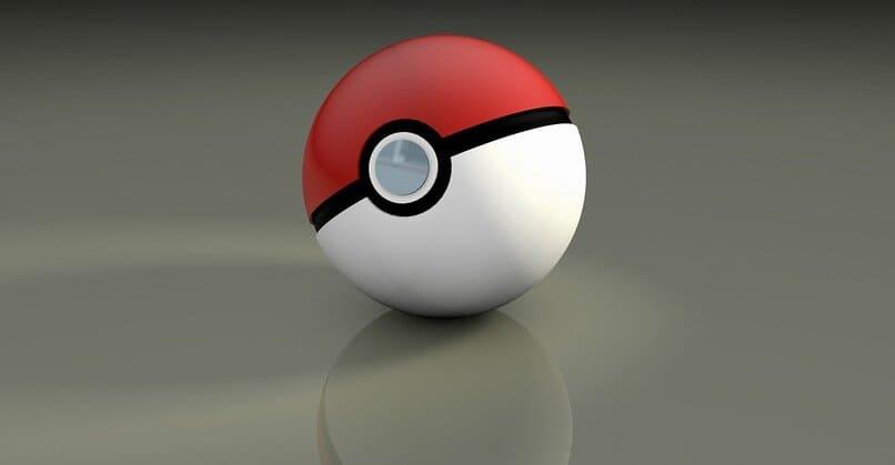 bola de pokemon sobre una superficie color gris