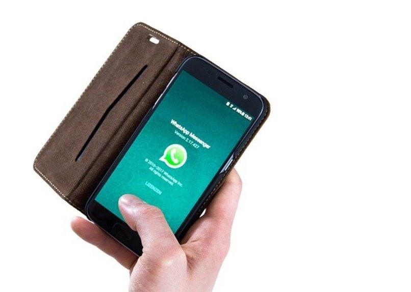 usuario manipulando movil con su mano mientras abre whatsapp