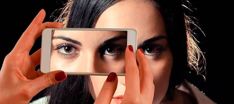 Móvil Samsung capturando en primer plano la cara de una mujer