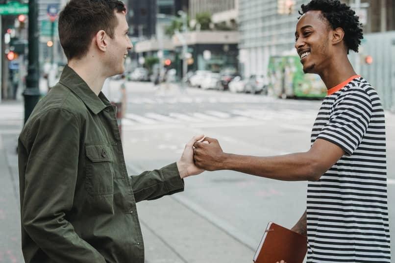 dos hombres saludandose