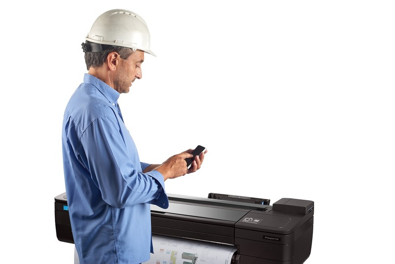 hombre con impresora hp gigante