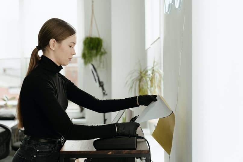 mujer utilizando una impresora