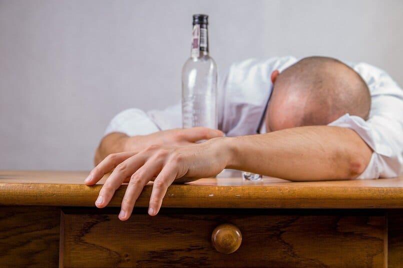 hombre borracho sobre una mesa