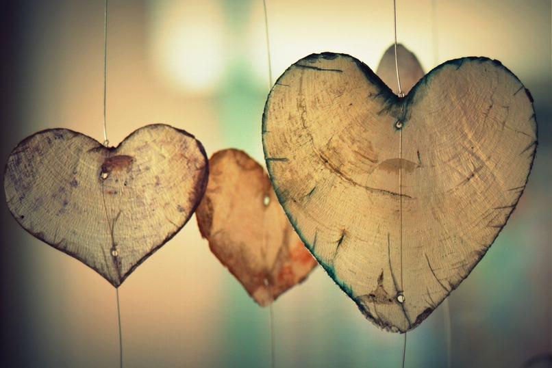 corazones colgando