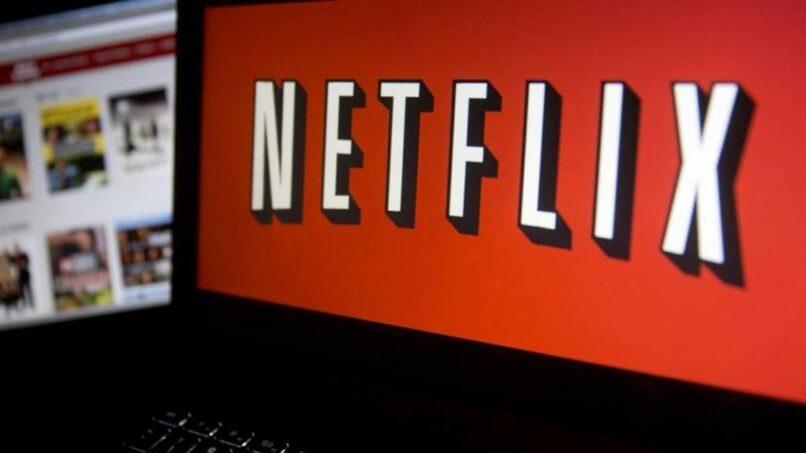 laptop con logo de netflix en pantalla