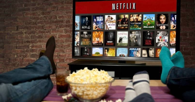 personas viendo netflix en su smar tv