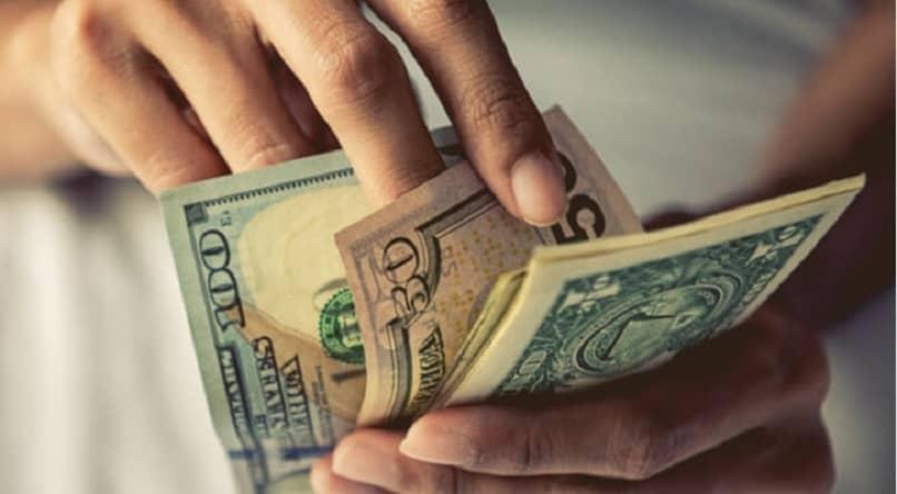 hombre contando dolares