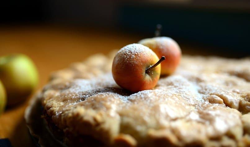 manzanas sobre una tarta