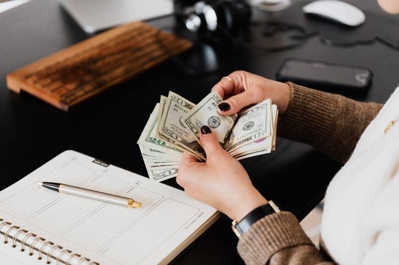 mujer comprando en efectivo