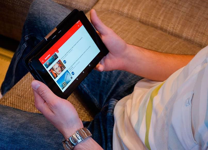 hombre viendo videos de youtube en una tablet