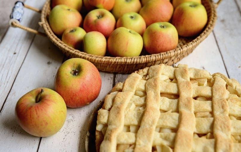 dos manzanas junto una tarta