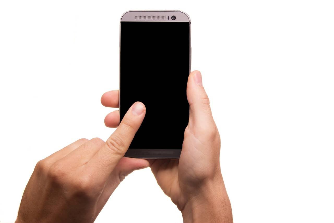 persona sosteniendo un móvil
