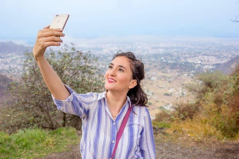 mujer tomando fotografias