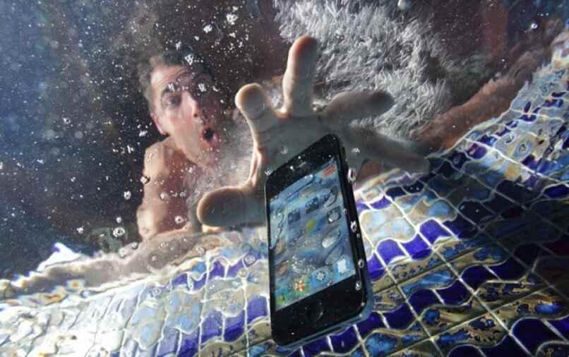 no enciende telefono mojado