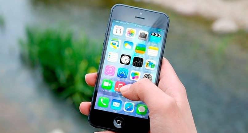 iPhone con íconos de aplicaciones