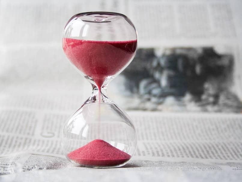 tiempo pasando en reloj de arena