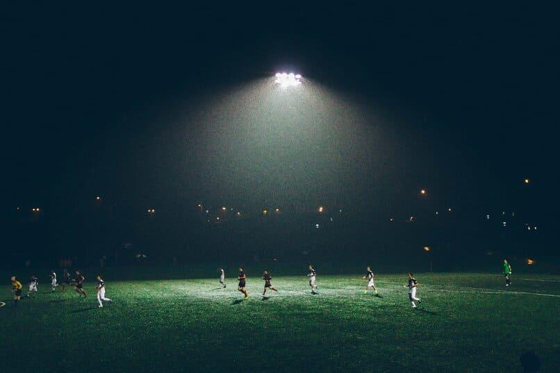 jugadores en una cancha de futbol