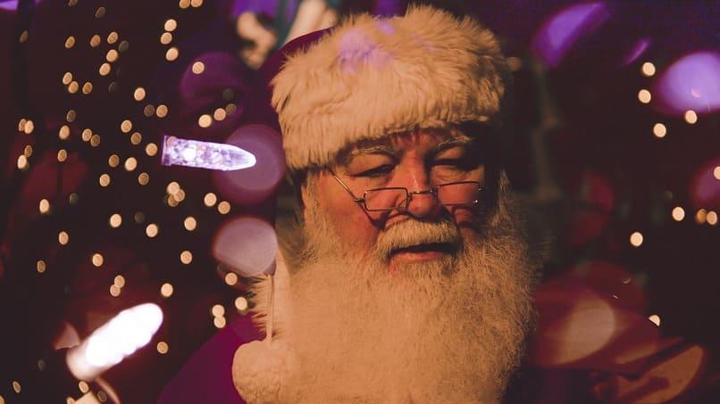 santa utilizando un gorro de navidad