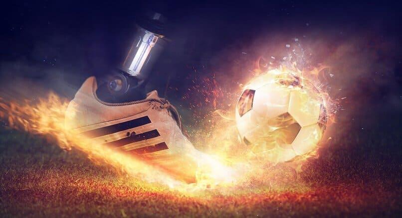 zapato y balon de futbol en llamas