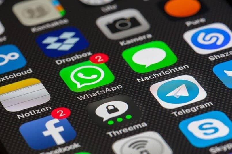 aplicaciones en movil rodeando whatsapp