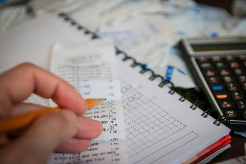 persona escribiendo en una factura