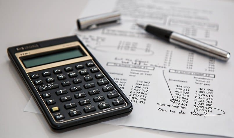 calculadora sobre una hoja de papel