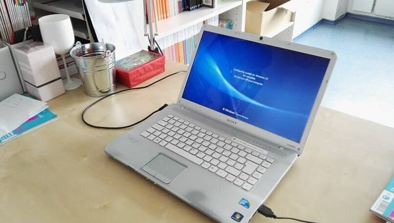 portatil en pantalla de inicio de windows