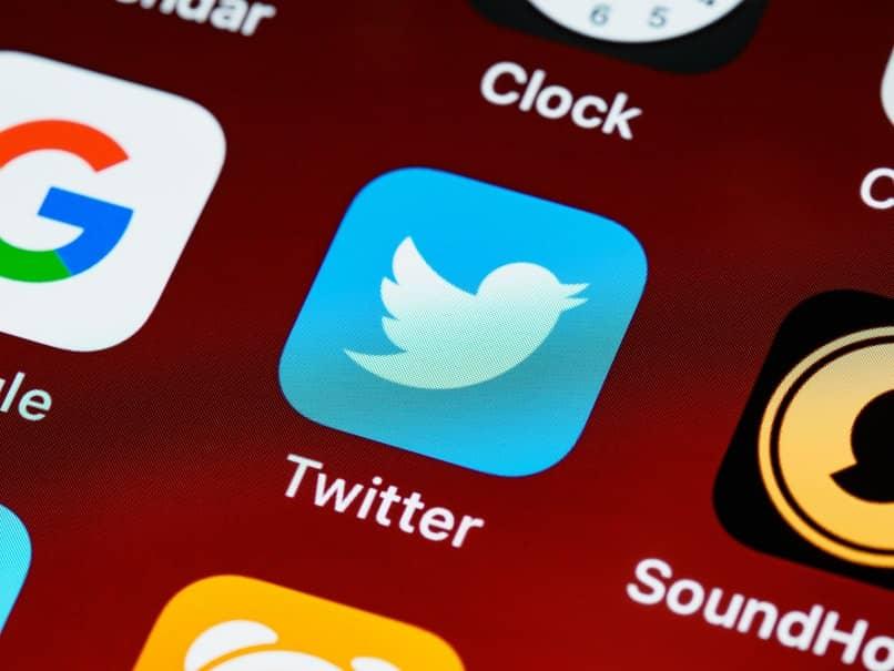 aplicacion de twitter con fondo rojo
