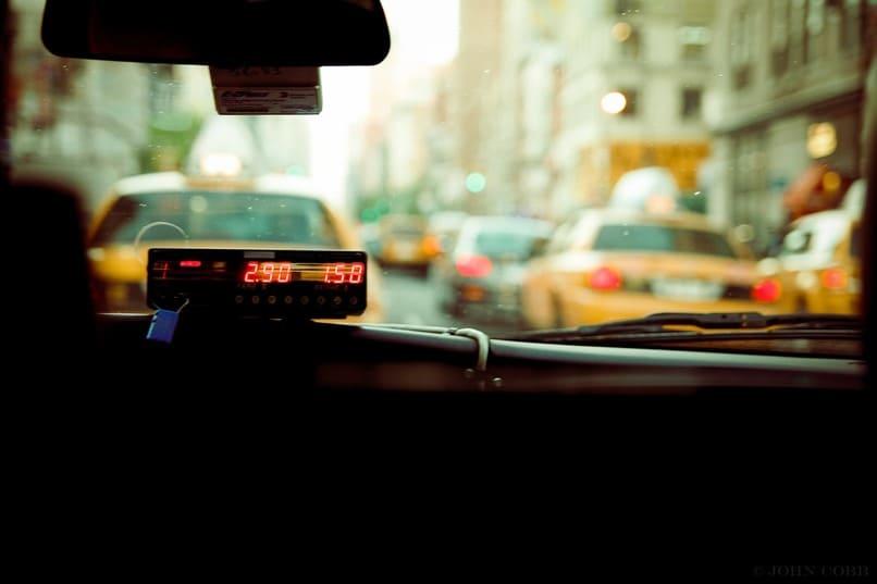 medidor dentro de un taxi