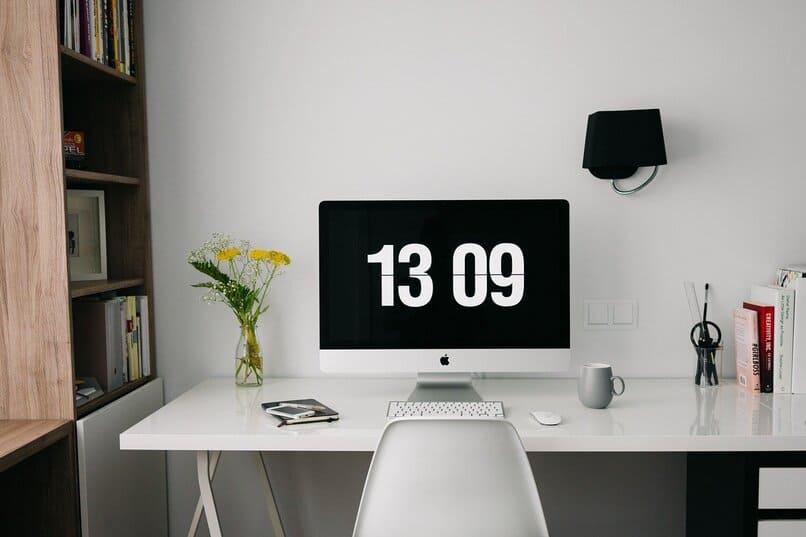 ordenador sobre un escritorio color blanco