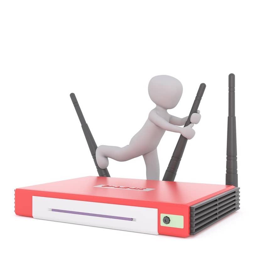 personaje color blanco animado sobre un router