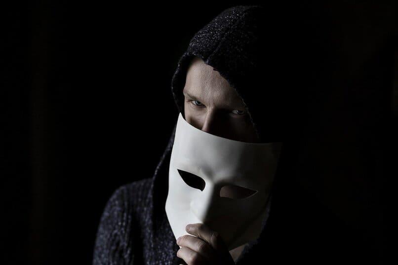 hombre sosteniendo una mascara
