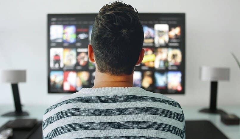 hombre observando su smart tv