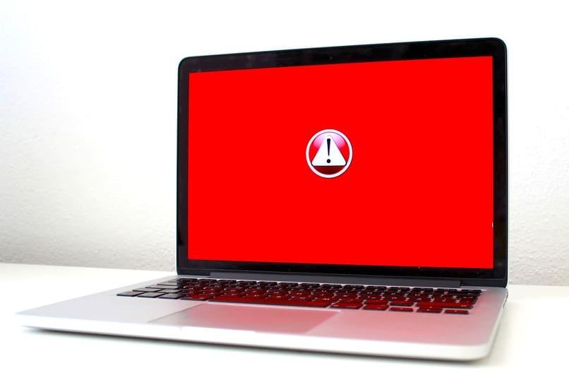 laptop con la pantalla color rojo