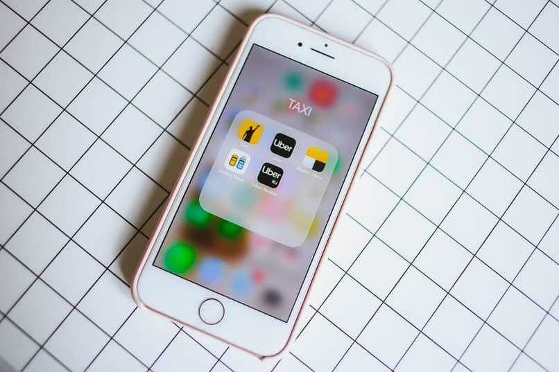 icono de la aplicacion uber en la pantalla de un movil color blanco