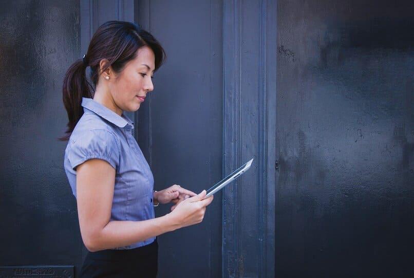 mujer vistiendo una blusa purpura