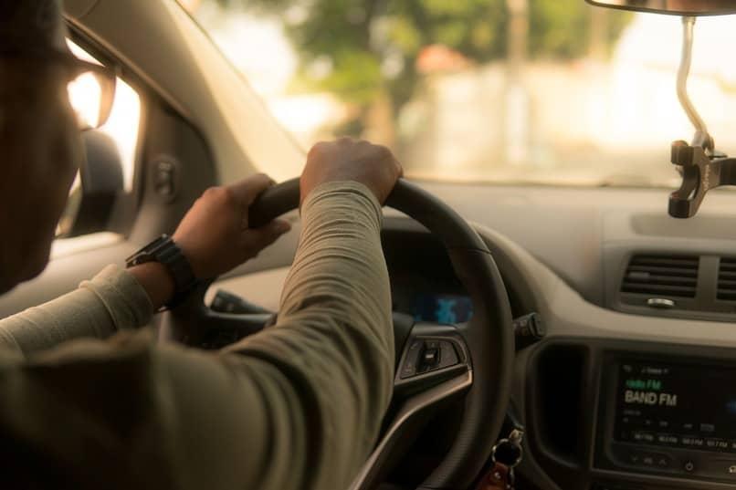 persona conduciendo un automovil