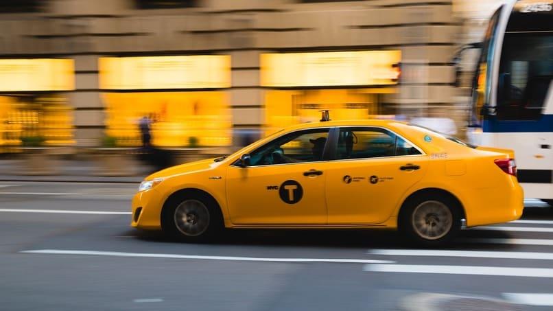 taxi color amarillo