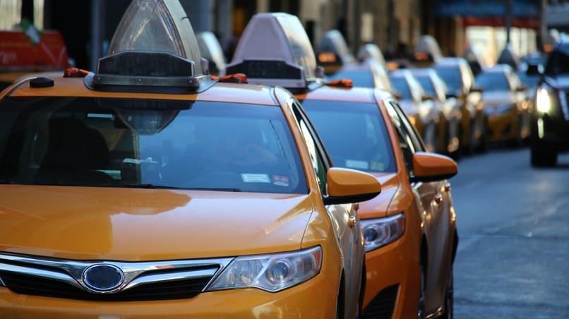 muchos taxis color amarillo